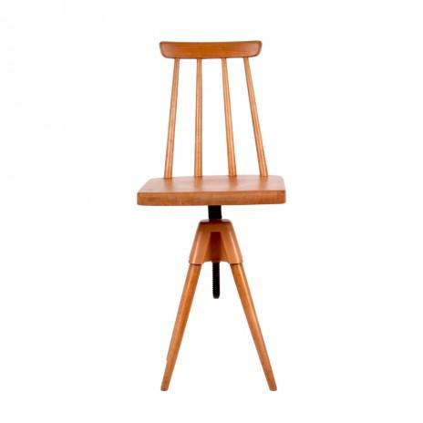 Otočná drevená stolička